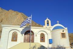 Cielo, iglesia y montaña azules, Santorini Foto de archivo libre de regalías