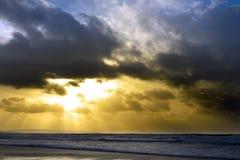 Cielo iluminado por el sol de la tarde hermosa sobre el Atlántico Imagen de archivo libre de regalías