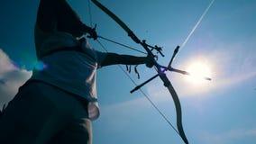 Cielo iluminado por el sol y un arquero en curso de apuntar metrajes