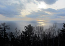 Cielo, lago y bosque Fotos de archivo