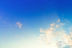 Cielo lanuginoso delle nuvole nel tramonto fotografia stock