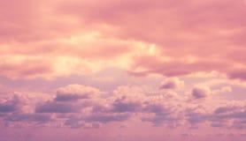 Cielo lilla drammatico variopinto e nuvole ultraviolette fotografia stock