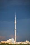 Cielo lluvioso azul marino sobre la torre de Ostankinskaya TV Foto de archivo