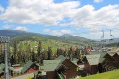 Cielo-località di soggiorno in primavera Teleferica Vista da sopra Bukovel l'ucraina Fotografie Stock Libere da Diritti