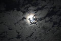 Cielo, luna y nubes Fotos de archivo