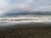 Cielo lunatico sopra la linea costiera dell'oceano Fotografia Stock Libera da Diritti