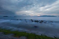 Cielo lunatico Vietnam di alba della baia di Nha Trang Immagini Stock