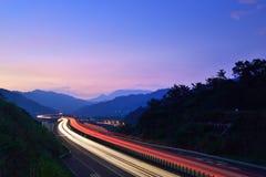 Cielo mágico de la hora con la exposición larga del tráfico de la velocidad Fotos de archivo libres de regalías
