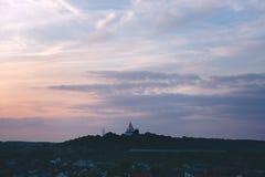 Cielo magenta Poltava Ucraina di tramonto della chiesa ortodossa Immagine Stock