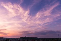 Cielo magenta Poltava Ucraina di tramonto della chiesa ortodossa Fotografie Stock