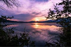 Cielo magenta sobre el lago imagen de archivo