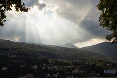 Cielo maravilloso con el sol que sale de las nubes imagen de archivo
