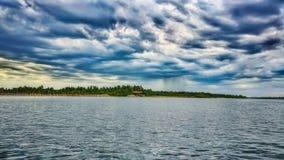 Cielo, mare e pioggia distante in Pondicherry, India fotografia stock