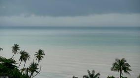 Cielo melancólico dramático con las nubes oscuras de la tempestad de truenos sobre el mar de la turquesa Huracán en horizonte del metrajes
