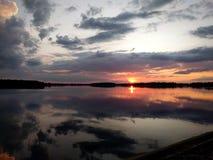 Cielo misterioso de la puesta del sol sobre el lago fotografía de archivo libre de regalías