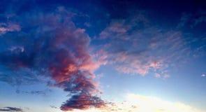 Cielo molto variopinto di tramonto delle nuvole Fotografia Stock Libera da Diritti