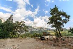 Cielo, montañas y coche quebrado Imagenes de archivo