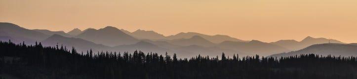 Cielo, montañas y bosque Imágenes de archivo libres de regalías