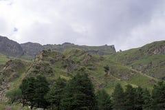 Cielo nelle nuvole e nelle colline verdi, regione del nord di Caucaso Elbrus Fotografie Stock