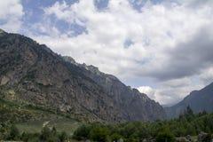 Cielo nelle nuvole e nelle colline verdi, regione del nord di Caucaso Elbrus Immagine Stock