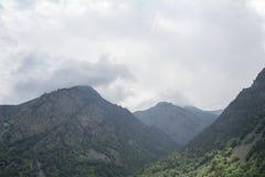 Cielo nelle nuvole e nelle colline verdi, regione del nord di Caucaso Elbrus Fotografia Stock Libera da Diritti