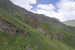 Cielo nelle nuvole e nelle colline verdi, regione del nord di Caucaso Elbrus Immagini Stock Libere da Diritti