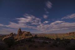 Cielo nocturno brillante de la Luna Llena sobre arco de la torrecilla Fotos de archivo libres de regalías