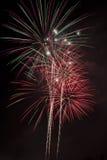 Cielo nocturno colorido de los fuegos artificiales del día de fiesta Foto de archivo