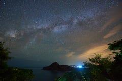 Cielo nocturno con el espacio de la galaxia fotos de archivo libres de regalías