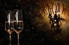 Cielo nocturno con el reloj y el champán por Año Nuevo Fotografía de archivo