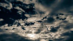 Cielo nocturno con la Luna Llena brillante detrás de mover las nubes dramáticas Lapso de tiempo metrajes