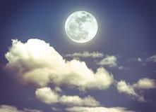 Cielo nocturno con la Luna Llena brillante, fondo de la naturaleza de la serenidad Foto de archivo