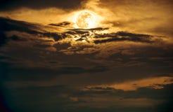 Cielo nocturno con la Luna Llena brillante, fondo de la naturaleza de la serenidad Septiembre Imagen de archivo