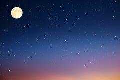 Cielo nocturno con la luna y las estrellas. Fotos de archivo libres de regalías