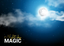 Cielo nocturno con la luna y los rayos lunares que pasan a través de la nube Imagenes de archivo