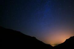 Cielo nocturno con las estrellas Fotos de archivo