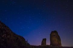 Cielo nocturno con las estrellas y cazo grande en Roque Nublo Imagen de archivo libre de regalías