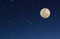 Cielo nocturno con las estrellas y la luna Foto de archivo libre de regalías