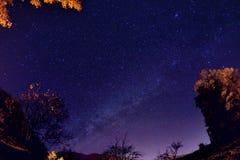 Cielo nocturno con las estrellas y lechoso foto de archivo libre de regalías