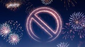 Cielo nocturno con los fuegos artificiales formados como símbolo prohibido serie Foto de archivo libre de regalías