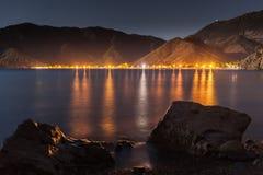 Cielo nocturno debajo de la bahía de Adrasan ubicación del pueblo, distrito de Kemer, provincia de Antalya, Turquía Imagen de archivo libre de regalías