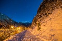Cielo nocturno en las montañas con nieve Imágenes de archivo libres de regalías