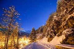 Cielo nocturno en las montañas con nieve Imagen de archivo libre de regalías