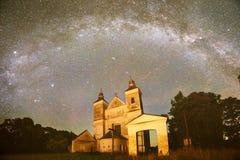 Cielo nocturno estrellado en un bosque Imagenes de archivo