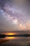 Cielo nocturno estrellado en un bosque Imagen de archivo