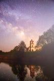 Cielo nocturno estrellado en un bosque Fotografía de archivo libre de regalías