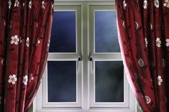 Cielo nocturno estrellado a través de una ventana Foto de archivo libre de regalías