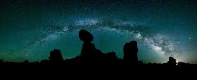 Cielo nocturno, galaxia de Milkyway, roca equilibrada Foto de archivo