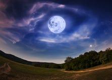 Cielo nocturno hermoso con la Luna Llena y las estrellas Fotografía de archivo libre de regalías