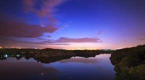 Cielo nocturno hermoso en el río con las estrellas y las nubes Fotos de archivo